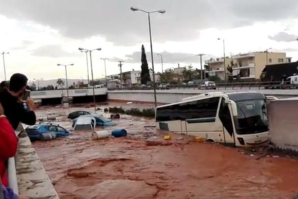 Συγκλονίζουν οι δραματικές στιγμές διάσωσης των επιβατών του Υπεραστικού Κτελ Αχαΐας που εγκλωβίστηκε στα ορμητικά νερά (video)