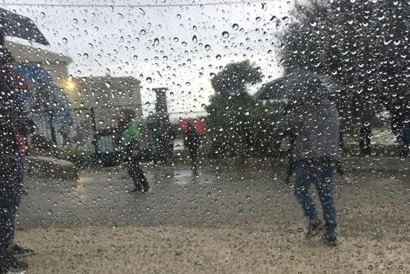 Πάτρα: Μαθητές σε απόγνωση - Περίμεναν στην βροχή για να ανοίξει το σχολείο! (φωτο)