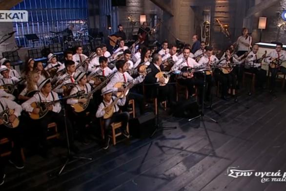 """Καταχειροκροτήθηκε η Πατρινή Λαϊκή Ορχήστρα """"Εν Χορδώ"""" στην εκπομπή """"Στην υγειά μας ρε παιδιά"""" (video)"""