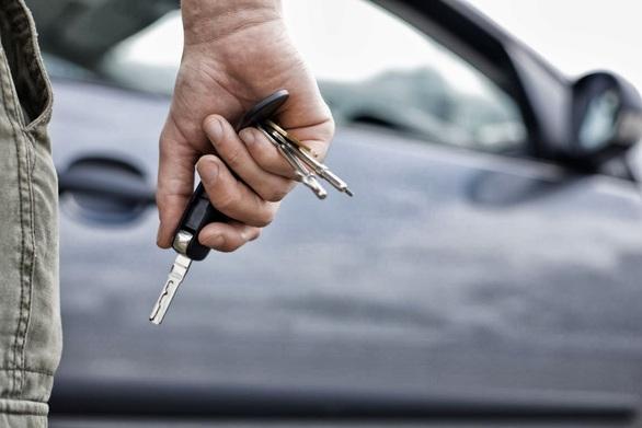 Πάτρα: Της έκλεψαν το πορτοφόλι αλλά... και το αυτοκίνητο