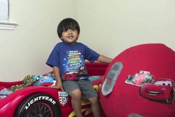Ο 6χρονος youtuber που βγάζει πάνω από 9 εκατ. ευρώ τη χρονιά (video)