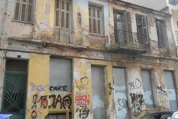 Πάτρα: Δύο νεοκλασικά κτίρια-ερείπια, σε απόσταση μόλις λίγων μέτρων (pics)