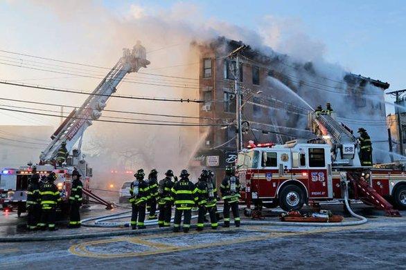 Νέα Υόρκη: Φωτιά σε τετραώροφο κτίριο στο Μπρονξ (pics)