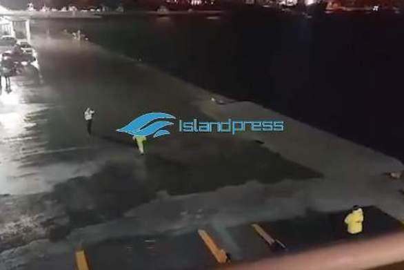 Νάξος - «Μάχη» με τη φουρτουνιασμένη θάλασσα έδωσε το Blue Star Delos (video)