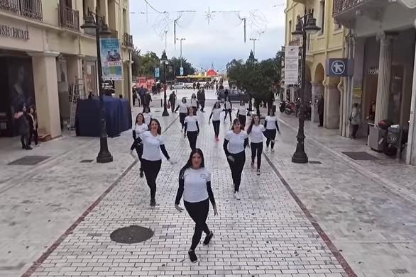 """Η Αγίου Νικολάου μετατράπηκε σε χορευτική σκηνή για τις """"Μάντισσες της Πάτρας""""! (video)"""