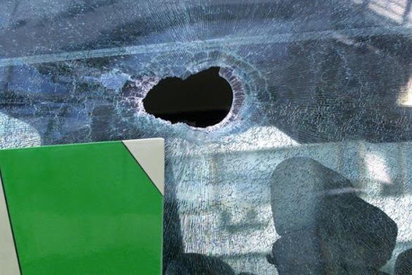 Πάτρα: «Γκανγκστερική» επίθεση με πέτρες κατά λεωφορείου του Αστικού ΚΤΕΛ!