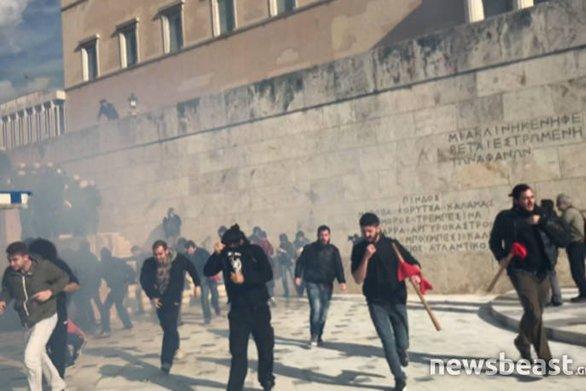 Δημοσιογράφος δέχθηκε επίθεση έξω από τη Βουλή