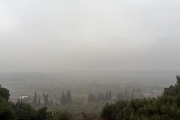 Το πυκνό σύννεφο που έχει «σκεπάσει» την Πάτρα - «Φωνάζουν» οι κάτοικοι