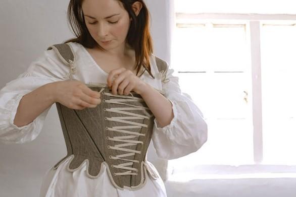 Το πρωινό ντύσιμο μιας γυναίκας τον 18ο αιώνα (video)