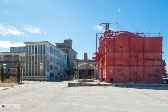 Στα παλιά εγκαταλελειμμένα εργοστάσια της Πάτρας ζουν άνθρωποι!