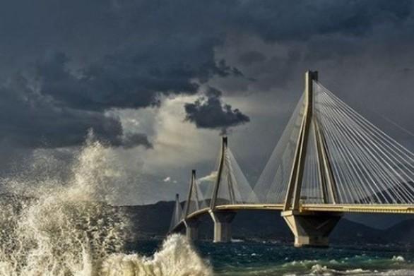 Ο δυνατός αέρας έβγαλε έξω την θάλασσα στο Ρίο και στα Βραχνέικα της Πάτρας