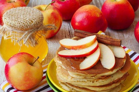 Φτιάξτε τηγανίτες με μήλα και μέλι