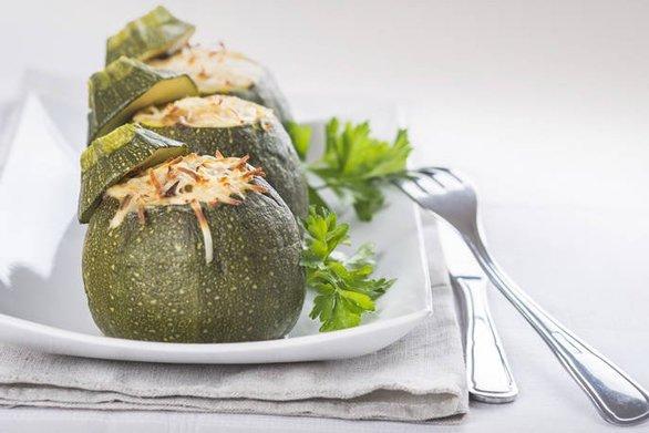 Μαγειρέψτε γεμιστά κολοκυθάκια με πιπεριές