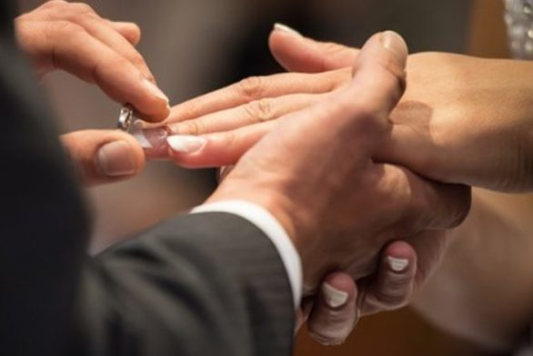 Πρόταση γάμου μέσα σε λεωφορείο από Πάτρα για Γιάννενα υπό τους ήχους κρητικής λύρας! (video)