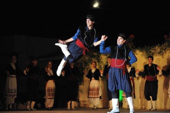 Ο Πατρινός χορευτής που... ζωγραφίζει στα βήματα της Κρήτης! (pics+vids)
