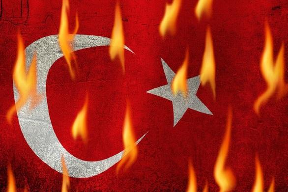 Τουρκικό ΥΠΕΞ: Καταγγέλλει το κάψιμο της σημαίας της χώρας στην Ελλάδα