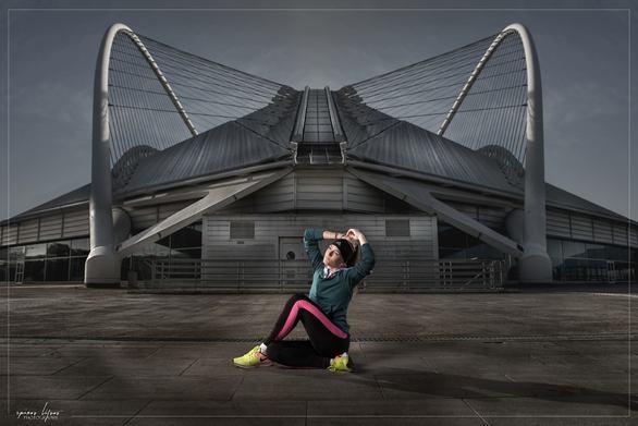 Μια πρωταθλήτρια μπροστά από τον «ναό» της - Το Ολυμπιακό Στάδιο (φωτο)