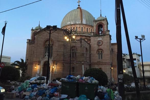 """Αίγιο: """"Βουνό"""" τα σκουπίδια σε πολλά σημεία της πόλης"""