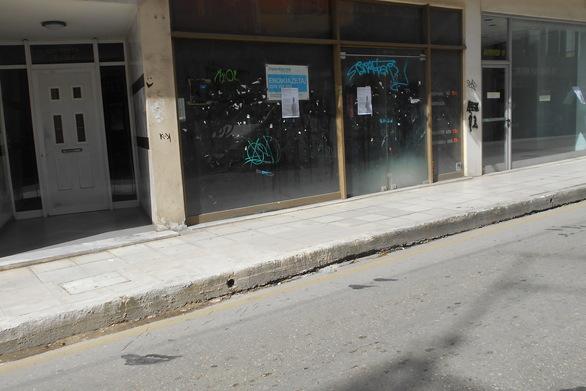 Ο δρόμος στο κέντρο της Πάτρας που… παίζει «ντόμινο» με τα κλειστά καταστήματα!
