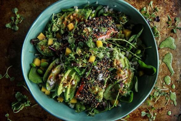 Ετοιμάστε σαλάτα με σολομό, φασολάκι και μάνγκο