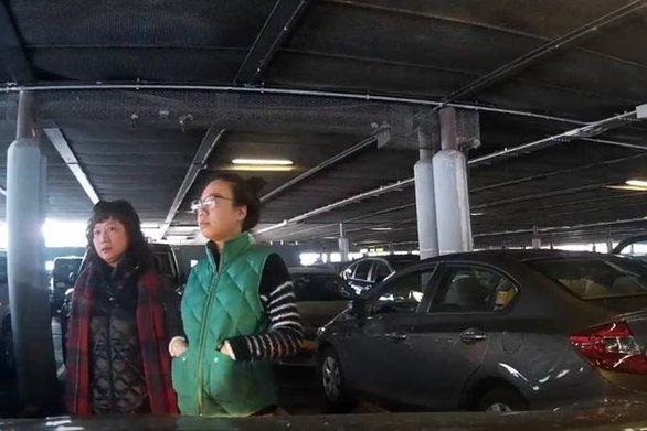 """Νεαρή """"έπιασε"""" θέση πάρκινγκ για τον μπαμπά της και αρνούνταν να φύγει (video)"""