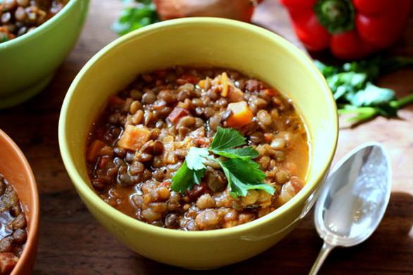 Μαγειρέψτε φακές με χωριάτικο λουκάνικο