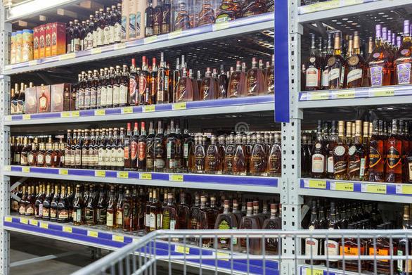 Πάτρα: Βούτηξαν οινοπνευματώδη ποτά από κατάστημα τροφίμων
