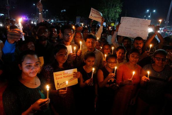 Ινδία: Βγήκαν στους δρόμους με κεριά για τον βιασμό και το φόνο 8χρονης