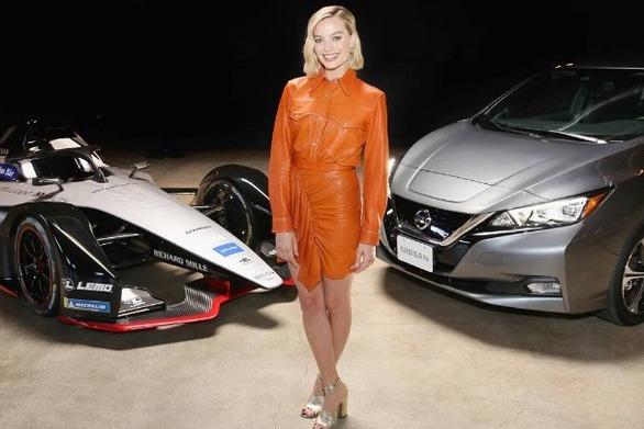 Η Margot Robbie πρωταγωνιστεί στην εκδήλωση της Nissan Formula E