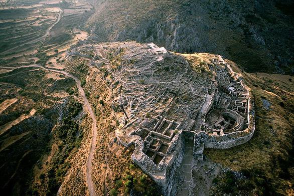 """Πτήση πάνω από τις Μυκήνες - Η επιβλητική """"Πύλη των Λεόντων"""" στην Πελοπόννησο (video)"""