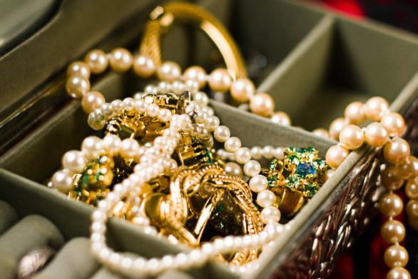 Πάτρα - Νεαρός άρπαξε κοσμήματα από σπίτι και τράπηκε σε φυγή