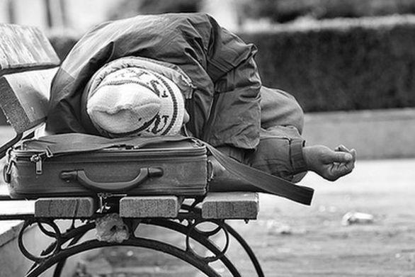 Πατρινός περιφέρεται άστεγος στο κέντρο του Αγρινίου