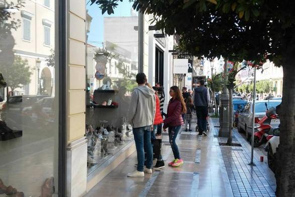 """Πάτρα: Λιγοστά τα μαγαζιά που """"ανεβάζουν"""" ρολά, """"θυσιάζοντας"""" την αργία της Κυριακής"""