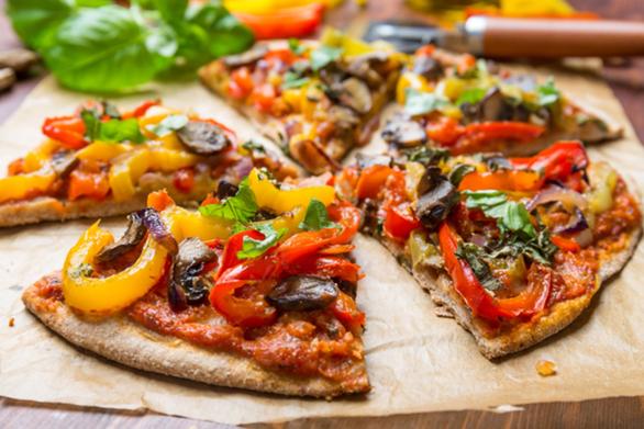 Γρήγορη πίτσα χωριάτικη με αραβική πίτα