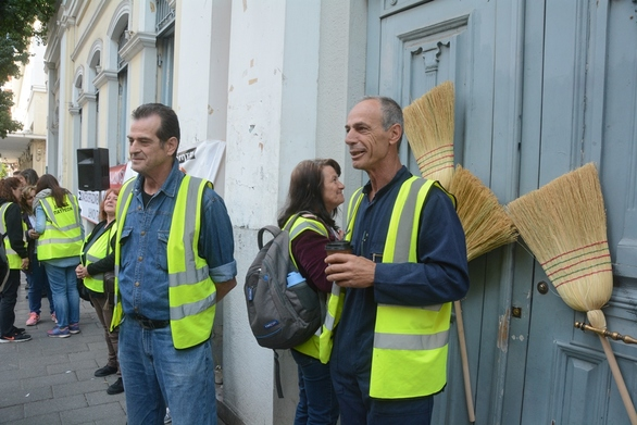 Πάτρα - Κρέμασαν σκούπες στις πόρτες του Δημοτικού Μεγάρου (pics)