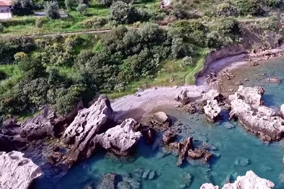 """Η παραλία-πισίνα που αποτελεί ένα καλά """"κρυμμένο μυστικό"""" της Αχαΐας (video)"""