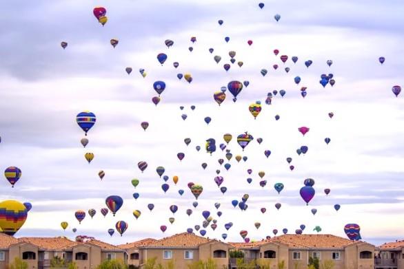 Πώς είναι να οδηγείς ανάμεσα σε ένα φεστιβάλ με αερόστατα; (video)