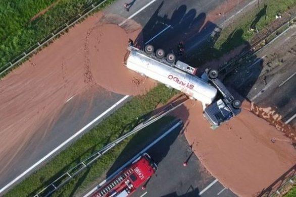 Φορτηγό που ανατράπηκε δημιούργησε έναν… σοκολατένιο δρόμο! (video)