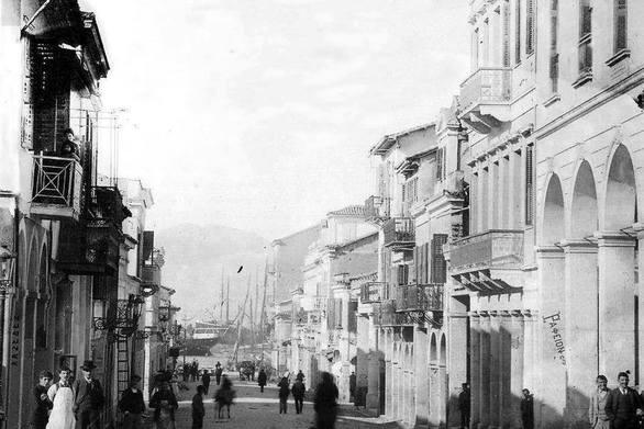 Κατεβαίνοντας προς το λιμάνι της Πάτρας από την οδό Ερμού