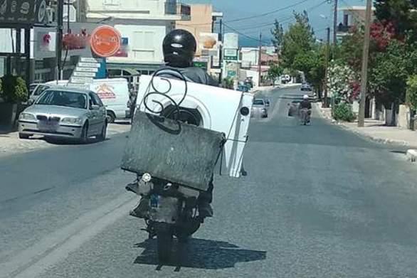 Κρήτη: Οδηγός φόρτωσε στο δίκυκλο του ένα πλυντήριο!