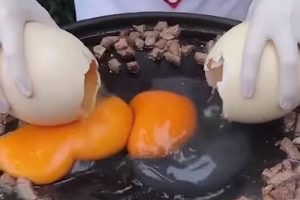 Ο σεφ που χρησιμοποιεί αυγά στρουθοκαμήλου για τη δημιουργία των συνταγών του (video)