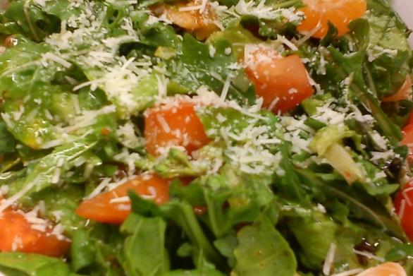 Καλοκαιρινή σαλάτα με ρόκα, κάσιους, κατσικίσιο τυρί και βερίκοκα