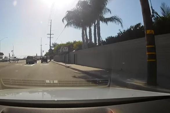 Μικρό αεροσκάφος προσγειώθηκε στο δρόμο (video)
