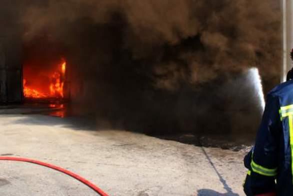 Κρήτη: Στις φλόγες τυλίχθηκε συνεργίο αυτοκινήτων