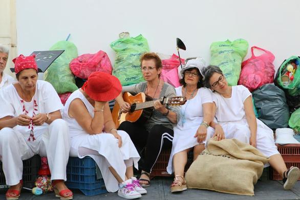 """Πάτρα - Η θεατρική ομάδα των ΚΑΠΗ παρουσιάζει την κοινωνική σάτιρα οι """"Σκουπιδάνθρωποι""""!"""
