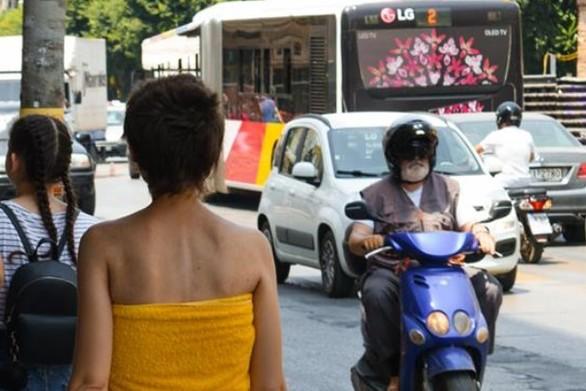 Θεσσαλονίκη - Βγήκε βόλτα, φορώντας την... πετσέτα της!