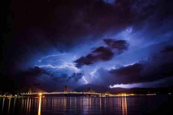 "O ""χορός"" των κεραυνών πάνω από τη Γέφυρα Ρίου - Αντιρρίου (video)"