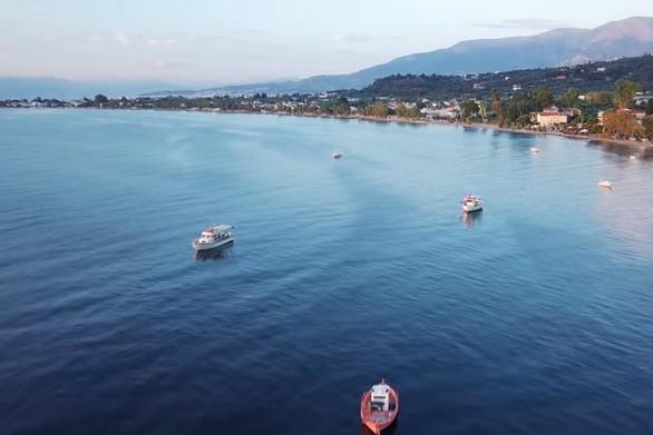 """Τα καΐκια που έχουν δημιουργήσει μια """"γειτονιά"""" στη θάλασσα των Βραχναιίκων (video)"""