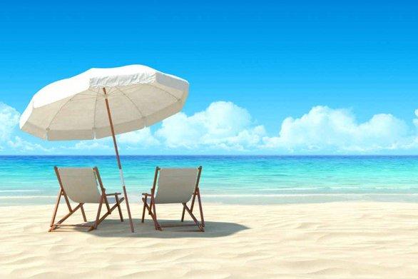 Ναύπακτος - Έβαλαν στην παραλία ξαπλώστρες, καρέκλες και ομπρέλες, χωρίς να έχουν άδεια