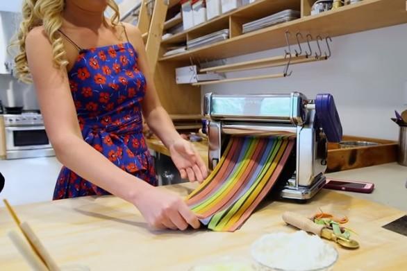 Δείτε πως φτιάχνονται τα χειροποίητα ζυμαρικά ουράνιο τόξο (video)